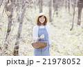 山菜採り 女性 林の写真 21978052