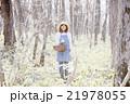 山菜採り 女性 林の写真 21978055