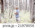 山菜採り 女性 林の写真 21978056