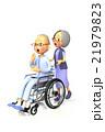 妻に車いすを押してもらう老人 21979823