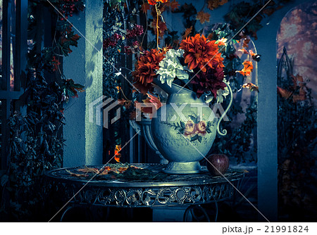 autumn still life vase with flowers on the tableの写真素材 [21991824] - PIXTA