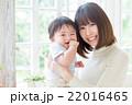 赤ちゃん 親子 抱っこの写真 22016465