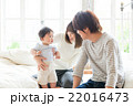 赤ちゃん 家族 笑顔の写真 22016473