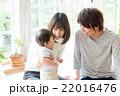 赤ちゃん 家族 笑顔の写真 22016476