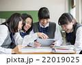 タブレット端末を使う女子生徒 22019025