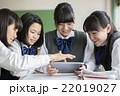 タブレット端末を使う女子生徒 22019027