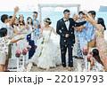 お祝いされる新婚夫婦 22019793