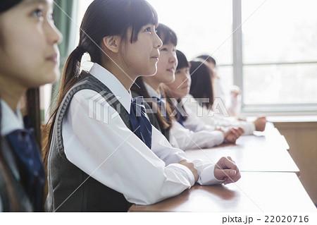 教室で座る女子生徒 22020716