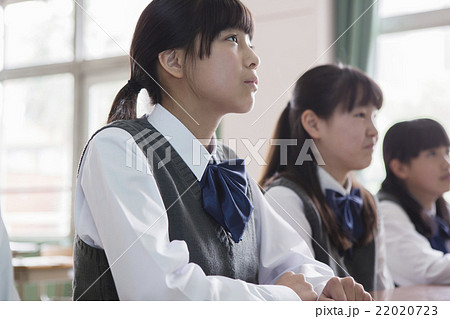教室で座る女子生徒 22020723