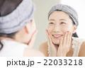 女性 スキンケア 鏡の写真 22033218