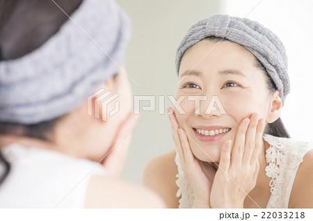 スキンケアをする女性 22033218