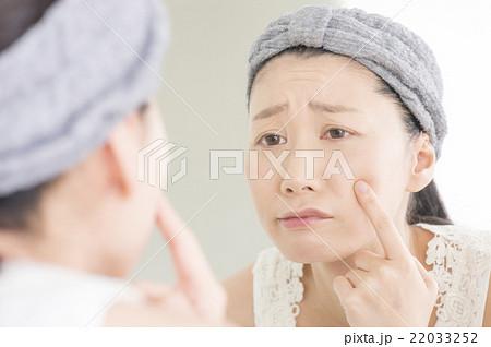 肌荒れに悩む女性 22033252