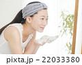 洗顔する女性 22033380