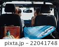 サーフボードを積んでドライブする女性達 22041748
