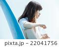 サーフボードと女性 22041756