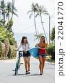 ロコガールと自転車を押す女性 22041770