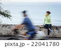 スポーツウェアの女性とすれ違う自転車 22041780
