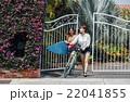 ロコガールと自転車を押す女性 22041855