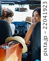 ドライブ中の女性達 22041923
