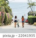 海へ続く道を歩く女性の後ろ姿 22041935