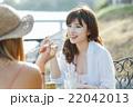 海沿いのカフェでくつろぐ女性 22042013