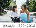ロコガールと自転車を持つ女性 22042018