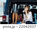 車内で休む女性 22042037
