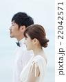 寄り添うカップル 22042571