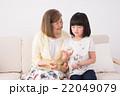 祖母と孫娘(お手玉、昔遊び) 22049079