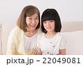 祖母と孫娘(お手玉、昔遊び) 22049081