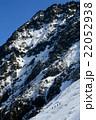 八ヶ岳・赤岳直下を下る登山者 22052938