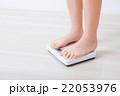 体重計に乗る女性 22053976