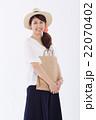 買い物をする爽やかな女性 22070402