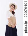 買い物をする爽やかな女性 22070404