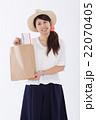 買い物をする爽やかな女性 22070405