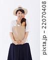 買い物をする爽やかな女性 22070408