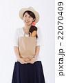 買い物をする爽やかな女性 22070409