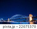 オーストラリア シドニーのハーバーブリッジ 夜景 22075370
