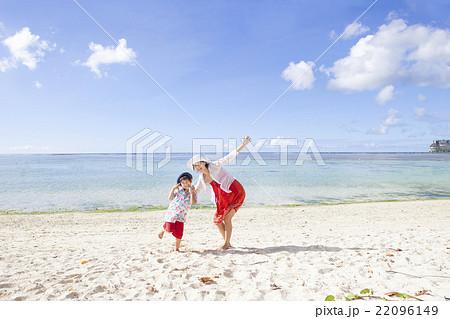 南国の海と親子 22096149