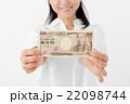 お金を持った女性 22098744