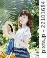 ハワイ旅行中の女性 22101684