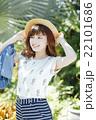 ハワイ旅行中の女性 22101686