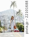 ハワイ旅行中の女性 22101688