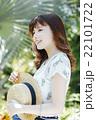 ハワイ旅行中の女性 22101722