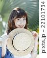ハワイ旅行中の女性 22101734