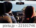 ハワイでドライブするカップル 22101746