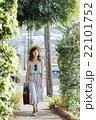 ハワイ旅行中の女性 22101752