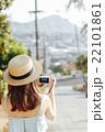 ハワイ旅行中の女性 22101861