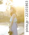 ハワイのビーチにいる女性 22101863