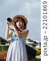ハワイ旅行中の女性 22101869
